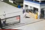 实拍男子公安局门前驾车撞飞两人 疑因感情纠纷