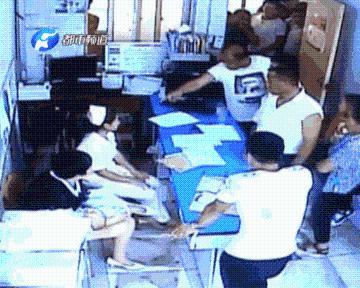 监控视频:孩子家属对医护人员殴打辱骂扇耳光