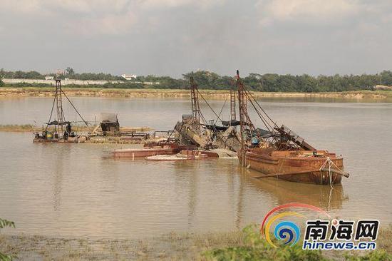 定安南渡江一疏浚工程,附近居民质疑进展缓慢,但每天都在出售大量河砂。
