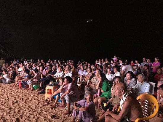 观众聚精会神看演出