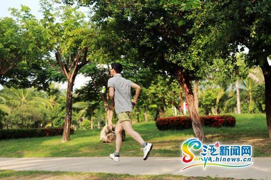 9月28日下午,市民在白鹭公园内跑步。(三亚新闻网记者邓松摄)