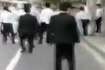 实拍两地产公司数十名员工当街群殴 桌凳乱飞