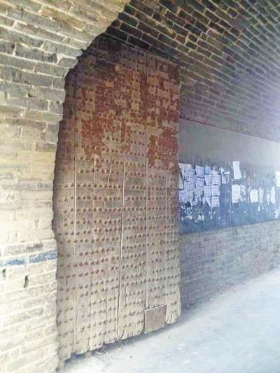 一扇近百年曆史的木門,向過往的人們訴說著寨子的歷史。