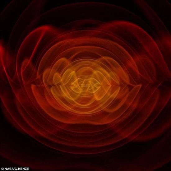 这就是两个黑洞相撞时我们将能够看到的景象。这些鬼魅般的波纹是时空震荡的涟漪,它将告诉我们在大约140亿年前宇宙时如何诞生的