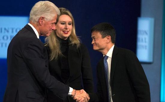 """图为马云在2015年克林顿全球倡议会议""""平等和机遇的未来""""论坛交谈。图片来源:官方直播视频截屏"""