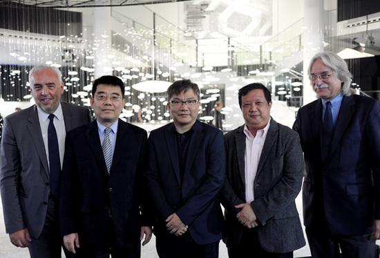 左至右:宝马柏林公司总裁Hans Reiner Schroder,中国驻德国大使馆文化参赞陈平,艺术家黄建成,      策展人余丁教授,学术主持克劳斯·西本哈