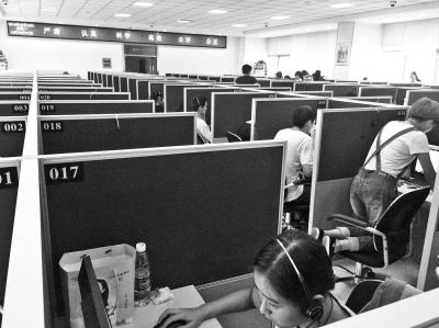 在省社情民意调查中心,调查员正在打电话做问卷调查。