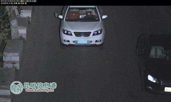 嫌疑人张小某驾驶受害人的车辆被监控拍到。供图