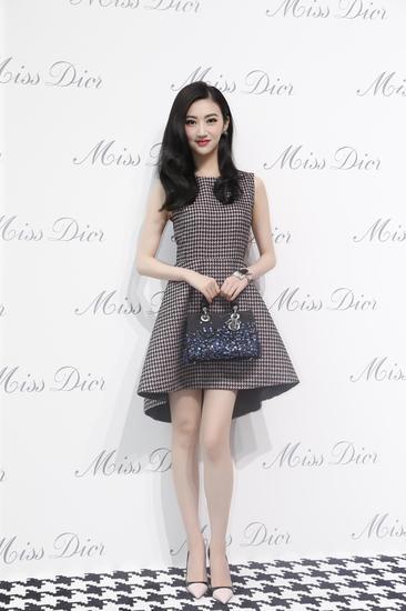 景甜身穿Dior千鸟格连衣裙出席《迪奥小姐》展览