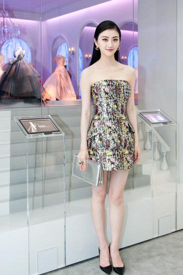 景甜身穿Dior 2014春夏成衣连衣裙出席成都《迪奥剧院》展览活动