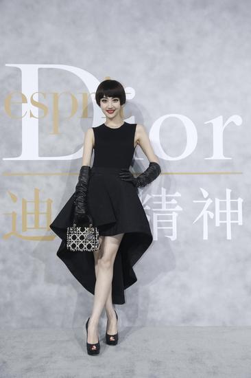 景甜身穿黑色连衣裙亮相《迪奥精神》(Esprit Dior)展览活动