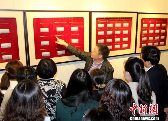古簪收藏者林偉民正在為人們講解各式各樣的古簪。 呂鵬 攝