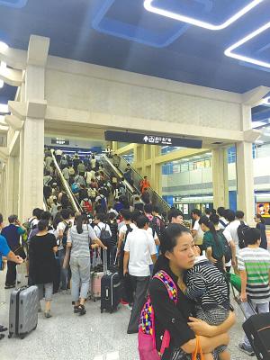 昨天轨道交通线网客流量为43.5万人次。(冯瑄 摄)