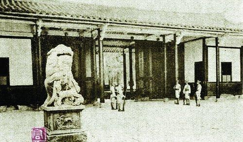 1935年,当时厦门海军司令部正门的石狮。