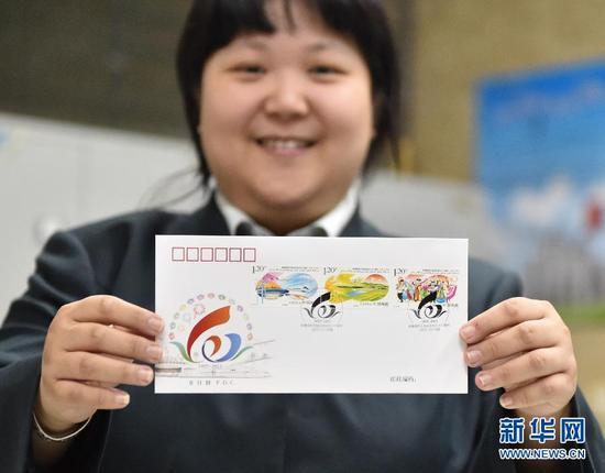 10月1日,在中國郵政北京西長安街支局內,工作人員展示配合此套郵票發行的首日封。