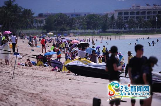 10月1日,三亚大东海游人如织。(三亚新闻网记者沙晓峰摄)