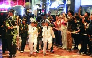 昨日,在北京比如世界,由小朋友组成的5支方队,模拟9月3日胜利日阅兵,整齐地走过观众席,接受大家的检阅。