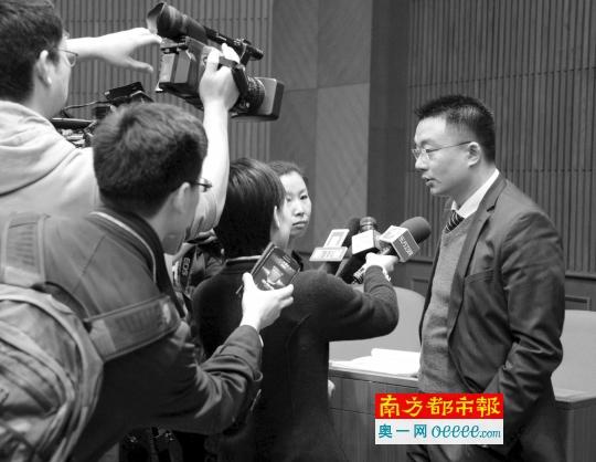 去年4月3日,原光大证券员工杨剑波诉中国证监会案开庭,原告(右一)接受媒体采访。