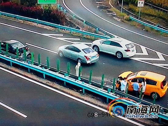 东线高速中原互通海口方向G98—94KM处发生一起三车追尾相撞交通事故(南海网记者刘培远摄)