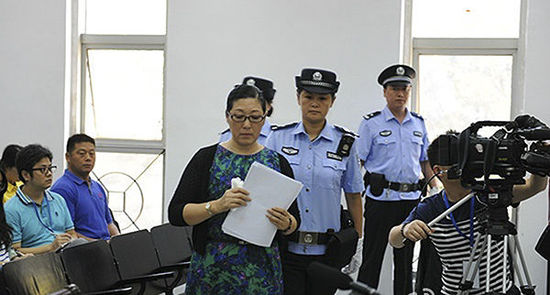 南京虐童案庭审:养母演示挥动跳绳抽打男童