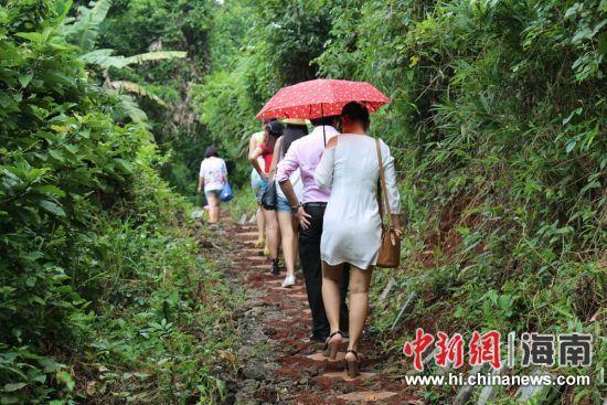 乡村点游客爬山