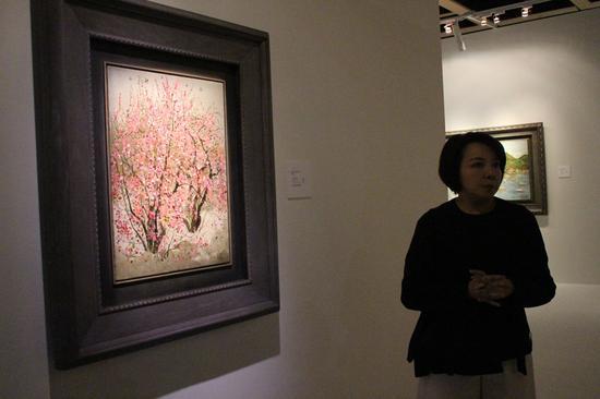 """图:张嘉珍介绍《小桃红》说:""""点点色彩既是盛开的桃花,更是怒放的心花。""""\大公报记者林巧茹摄"""