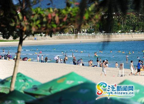 10月2日,游客在三亚海滩上游玩。(三亚新闻网记者沙晓峰摄)