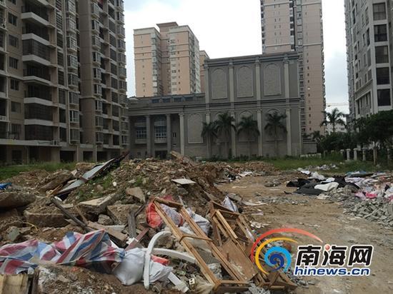 学苑公馆后的空地变成垃圾场。(南海网记者刘麦摄)