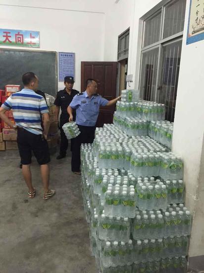 向居民发放的应急饮用水已经到位