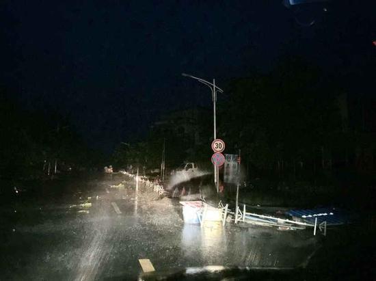 在通往铺前的途中,道路上的路障指示牌被大风刮倒(蓝网记者 陈锐摄)