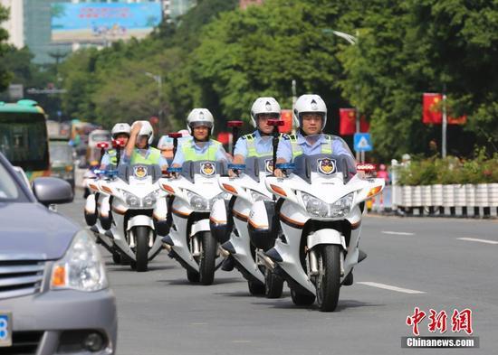 图为特警在三亚火车站巡逻。中新社记者 尹海明 摄