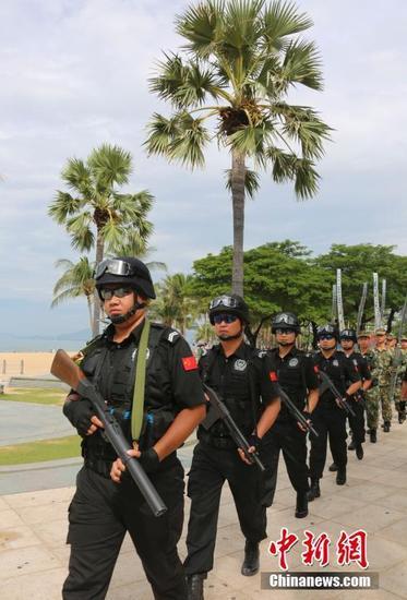图为特警和武警在三亚湾联合巡逻。中新社记者 尹海明 摄