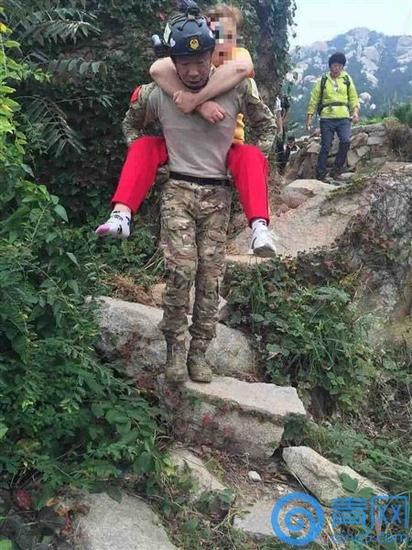女子野路爬崂山不慎扭伤右脚 救援队员轮流背