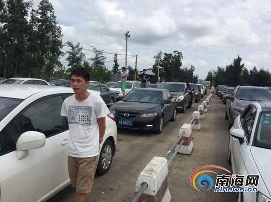 10月5日下午1点左右,海口南港码头排队过海的车辆绵延到了码头外,目测已排成近4公里的长龙。(南海网见习记者 徐静涵摄)