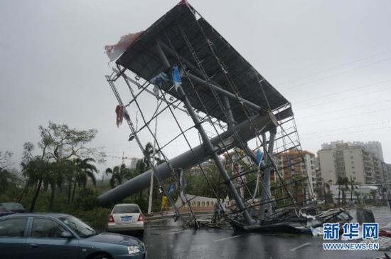 10月4日,在广东湛江市区,大型广告牌被台风刮倒。