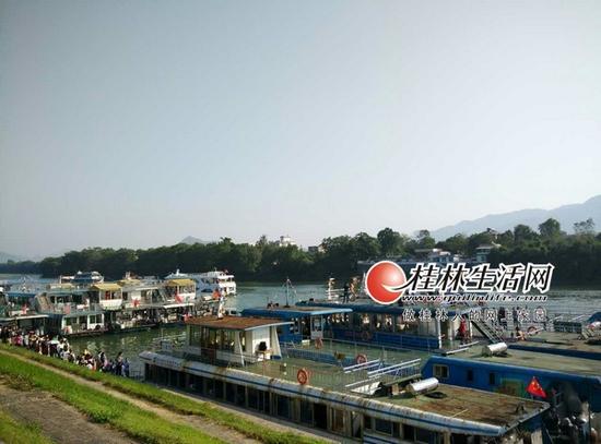昨天上午,在磨盘山码头候客的漓江游船整装待发。