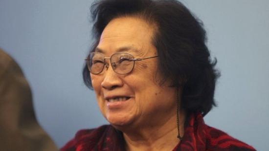 屠呦呦教授现任职于中国中医科学院,她和研究团队的工作导致了青蒿素的出现,这种药物现在每年挽救着无数疟疾患者的生命