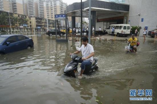 10月4日,广东湛江市区变成一片泽国。