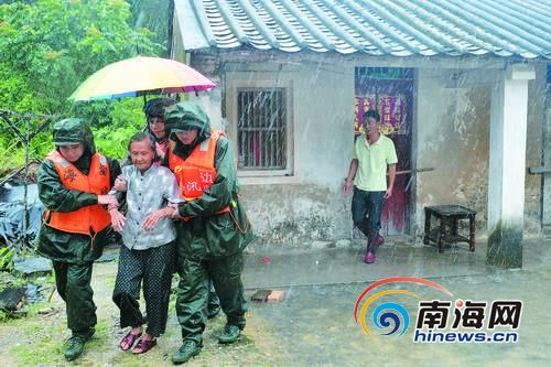 10月4日,清澜边防派出所官兵冒着风雨来到文昌市清澜镇义门三村,将住在危房中的五保户老人紧急转移。海南日报记者张茂通讯员代龙超摄