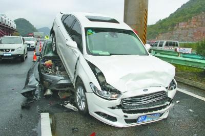 沪昆高速清黄路上5车连环追尾 幸无人员伤亡