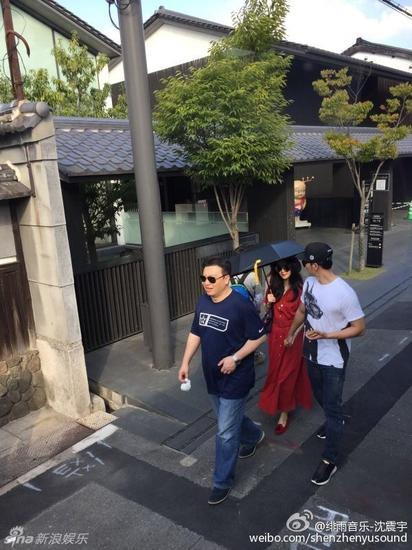 新浪娱乐讯 10月4日,不少网友在日本偶遇范冰冰和李晨,二人在赴日本工作的同时也不忘大方秀恩爱,范冰冰大红色裙装也是明艳动人。