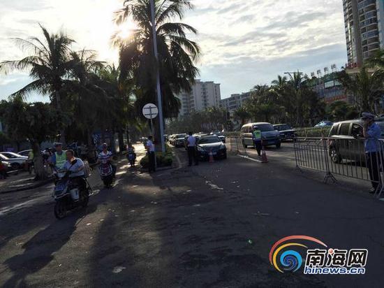 10月5日早上8点半,车辆正在秀英港外排队等待过海。(通讯员 孙湘涛 摄)