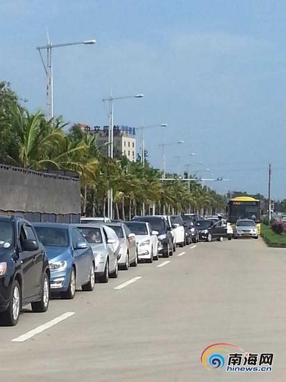 10月5日早上9:30,粤海铁南港过海车辆已排长队等待过海。(通讯员 陶宏伟 摄)