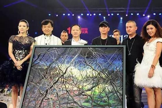 2012年,冯小刚与著名艺术家曾梵志联手创作的《一念》,拍出了1700万元的高价。