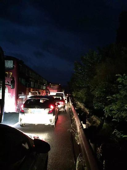 防止交通拥堵凌晨出门,还是堵车。