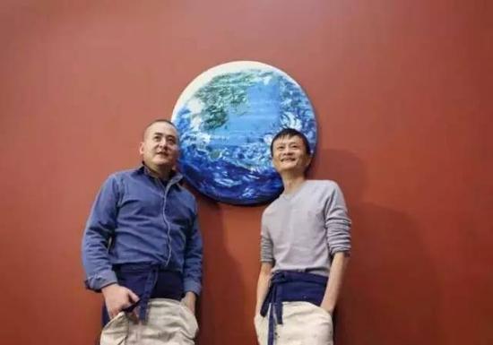 4日晚,在香港举行的苏富比拍卖会上,马云和知名艺术家曾梵志共同创作的油画《桃花源》,以4220万港币拍卖。阿里集团表示,此次拍卖所得款项将用于环境保护公益事业。