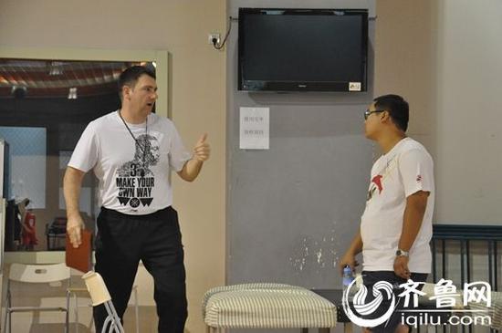 在器械室,凯撒跟翻译杨林交流上午的工作安排