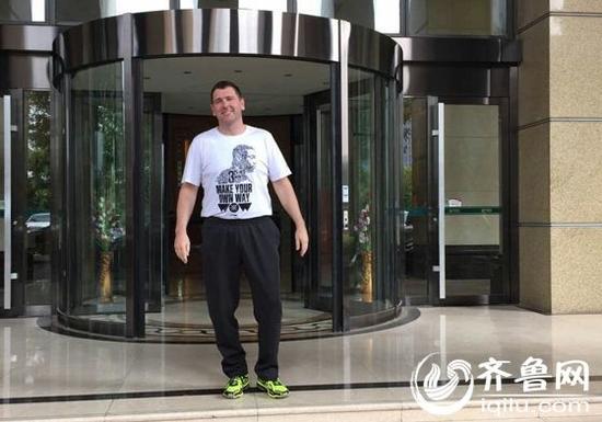 走出酒店公寓,山东高速男篮主帅凯撒开始一天的工作