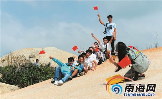 10月6日,一队来自山西的游客在文昌航天风情小镇龙楼镇的海边游览。本报记者苏建强摄