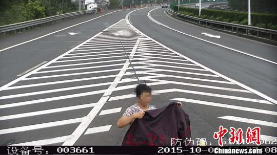 奇葩母子因错过出口高速玩倒车 还脱衣遮摄像头 练卫付 摄